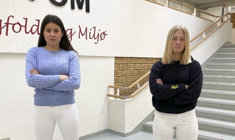 SKUMMELT: Elevrådsleder Dea Elizabeth Kåss og russepresident Alina Wetherill ved Porsgrunn videregående skole syns det er skummelt å komme på skolen slik smittesituasjonen er nå. – Spesielt når du vet at det har vært fest i helga og at noen i klassen har vært på den, sier de.