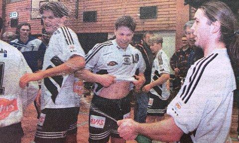 JUBEL: Champagnen fløt i Porsgrunnshallen da hjemmelaget sikret seg ny kontrakt i håndballens eliteserie. Thomas Buchardt, Olav Lundeberg og de andre spillerne jublet hemningsløst.