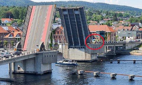 BØR BEMANNES: Trond Kittilsen mener bemanning i tårnet på bruene vil løse problemet med de lange bruåpningene.