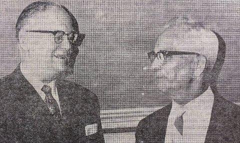 HEDRET: Fylkesmann Leif Hjørnevik overrekker Kongens fortjenstmedalje til lærer Rolf Langangen.