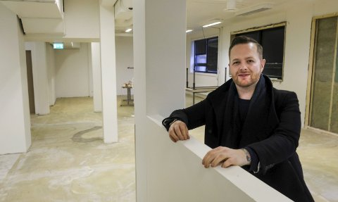 Pusser opp: Alex Cornelius Sørensen er godt i gang med å pusse opp lokalene på tinghuset, der Studio A skal holde til. Foto: Øyvind Bratt