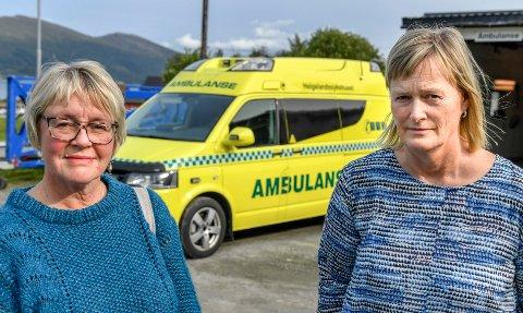 Aksjonsleder Ellen Mogård Larsen (t.v.) i Aksjonsgruppa Vi som vil kjempe for ambulansestasjonen på Nesna. Her sammen med ordfører Hanne Davidsen i Nesna (t.h.). Bildet tatt i forbindelse med en annen sak.