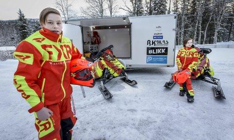 Sesongstart: Martin (t.v.) og Isak Magnussen satser begge på scootercross. Førstnevnte rekker så vidt sesongstarten i Østersund i helga etter et beinbrudd. Arctic Cat Cup er Europas største scooterløp. Foto: Øyvind Bratt