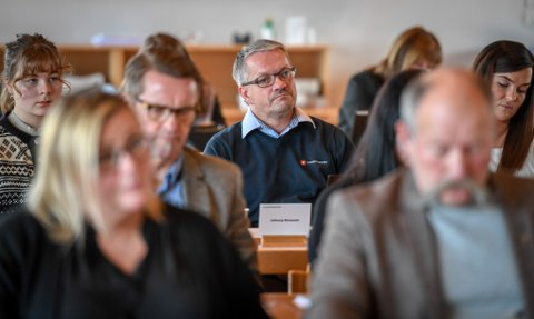 Johnny Ronesen (i midten bak) er valgt til lokallagsleder for Rana INP. Her arkivbilde fra konstitueringen av kommunestyret i Rana høsten 2019.