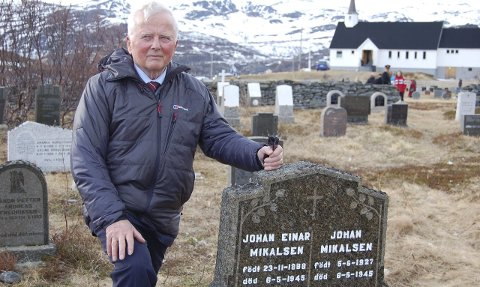 TURTE ENDELIG Å SNAKKE: Hedly Mikalsen ved gravstedet for de falne på Hopseidet. Under markeringa i 2015 turte han endelig å fortelle om mye av det grufulle han har opplevd.