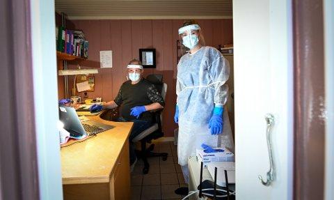 Vebjørn Hansen (innleid fra Rana Røde kors) og helsefagarbeider Line Terese Olsen under arbeid på teststasjonen i vinter. Nå trenger Rana kommune flere folk i sving, for at helsepersonellet får konsentrert seg om å ta tester.