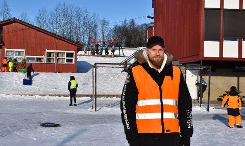 PÅ JOBB: Steffan Høiby trives veldig godt i jobben som barneveileder på Kirkekretsen skole.