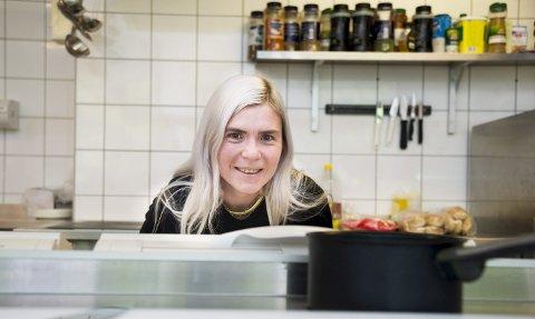 MATGLEDE: Théa Jorand (35) fra Enebakk gikk fra å aldri lage mat til å opprette Instagram-profil viet til egne veganoppskrifter. Nå har hun 11.000 følgere og har med det en av Norges største veganprofiler på den populære appen.