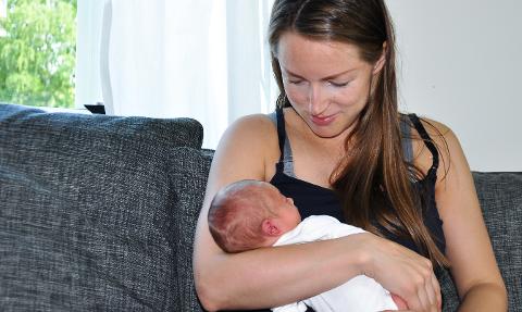 Nybakt mor: Silje Grini med sin åtte dager gamle sønn i armene.