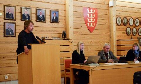 FEIL: - Feil signal til feil tidspunkt, mente Morten Dåsnes (SV). Ved dirigentbordet ordfører Per R. Berger (H), varaordfører Elisabeth Klever (H) og sekretær Marthe Hagelsteen.