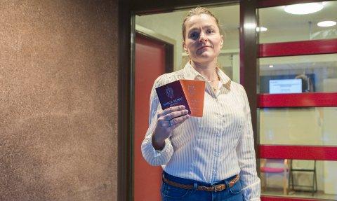 HASTER: Saksbehandler Jorunn Svindal på passkontoret i Hønefoss oppfordrer folk til å fornyet passet sitt før kontoret stenger 7. desember for ombygging.