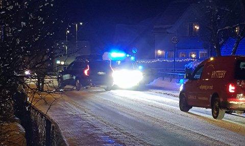 PÅKJØRT: Politi og mabulanse ko mraskt til stedet etter påkjørselen.