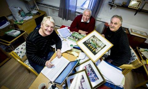 SNART FERDIG MED BOKA: Forfatter Jon Wiik (f.v.), daglig leder Stig Brøndmo og styreleder Jim Asphaug i AIL Skjetten sportsklubb. FOTO: LISBETH LUND ANDRESEN