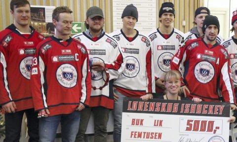 Ga penger: Musikkterapeut Tora Søderstrøm Gaden sier julegaven fra ishockeyspillerne i Lørenskog kommer veldig godt med til musikkterapien for syke barn og ungdom ved Ahus. Foto: Sara Kihl