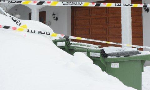 ÅSTEDET: Politiet er i full gang med etterforskningen, og sperrebånd er satt opp rundt eiendommen. FOTO: JAN FOSSEN