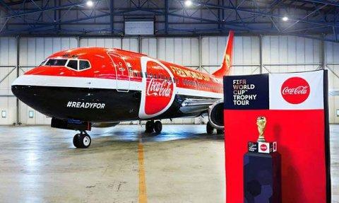 LANDER I NORGE: Coca-Cola-flyet lander lørdag morgen på Gardermoen.