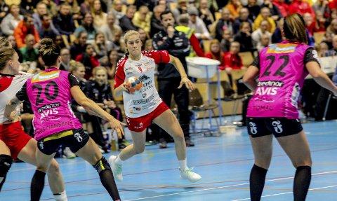 MED VIDERE: Frida Haug Hoel har vært en av Rælingens beste spillere denne sesongen. Nå har hun forlenget avtalen med eliteserieklubben. FOTO: MARTIN HOLTERHUSET