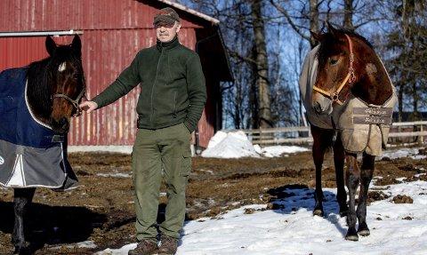 Uviss framtid: Per Gunnar Roos har snaut 20 hester på gården i Mogreina. Utfallet av rettssaken mot Det Norske Travselskap kan bli avgjørende for om 70-åringen fortsetter med hestehold. Foto: Tom Gustavsen