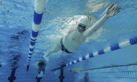 FOSSER FRAM: Erik Magnus Evensrud har hatt en enorm utviklingen det siste snaue året. Allerede i neste måned håper 13-åringen å kunne ta en NM-medalje mot seniorene på langbane. FOTO: VIDAR SANDNES