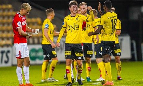 BREDT SMIL: Magnus Knudsen scoret den forløsende scoringen. Det var hans aller første mål for LSK og  her gratuleres han av Ebiye Moses.  BEGGE FOTO: NTB SCANPIX