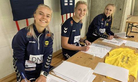 TRE UNDERSKRIFTER: Romerikstrioen Emilie Woldvik (t.v.), Sophie Roman Haug og Malin Brenn signerte alle ny kontrakt med LSK kvinner dagen før Rosenborg kommer til LSK-hallen. Foto: Morten Svesengen