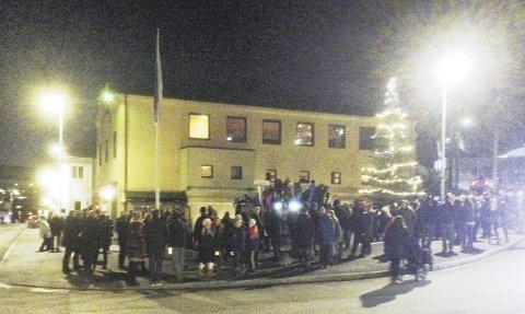 GOD MARKERING: Mange av Toftes beboere stilte opp til julegrantenning i november, og Tofte Velforening håper på fler nye medlemmer i år.