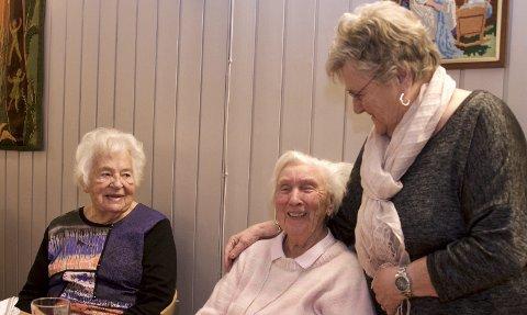 TRENER: 98 år gamle Kari Frydenlund stiller på trening og møte hver tirsdag. Her flankert av Kari Fjell (t.v.) og Lillian Thygesen.