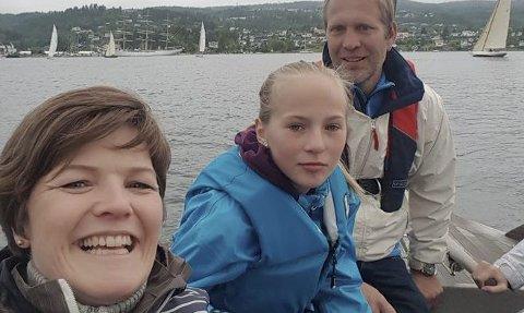 SEILERE: Birgitte Sævold sammen med Peter Ennals og datter Elena Ennals i den klassiske treseileren «Lady».