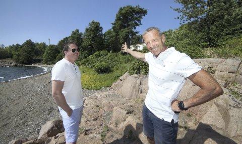 SPENTE: Henning Sørlie i Anthon B Nilsen Eiendom AS  (t.h.) er sammen med eiendomsmegler Tony-André Dahl spent på hvordan markedet tar imot boligprosjektet på Tofte.