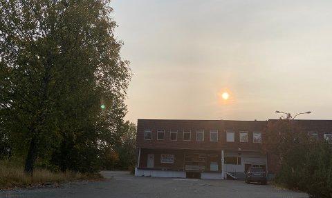 BLODRØDT: Har du lagt merke til de røde soloppgangene og solnedgangene de siste dagene? Dette skyldes en tragisk begivenhet som er mer en 850 mil unna.