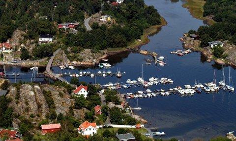 Lun havn: Sundet mellom Natholmen (nærmest) og Årø er en idyll. Foto: Olaf Akselsen