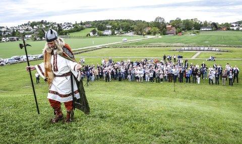 Før og nå: «Høvding» Tor Nicolaysen tok begravelseskonsulentene med på en historisk reise ved Gokstadhaugen. Alle foto: Paal Even Nygaard