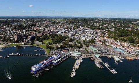 Fortsatt størst: Sandefjord blir den nye regionens mest folkerike kommune, men det er en mager trøst. Flyfoto: Olaf Akselsen