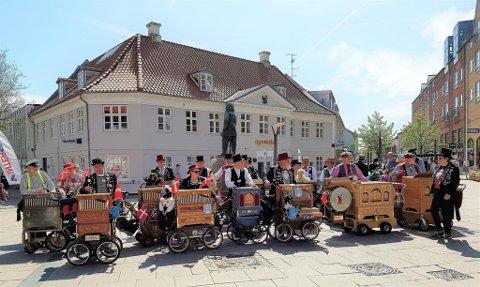 Ut på tur: Det er disse karene fra Nordisk lirekassseforeningsom skal spre sin glede i byen til helgen. Her er de fotografert under en foreningstur til Fredrikshavn i Danmark.