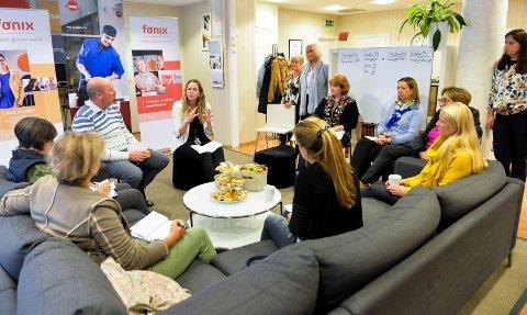 PÅ BESØK: De italienske lærerne begynte uken med besøk hos Nav Ungdomsavdeling. Her blir de informert av Maria R. Eriksen (i midten av bildet), fra ungdomsavdelingen til Nav.