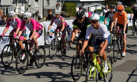 STARTEN: Helt til venstre i bilde ses Grethe Smith, som var den kvinnelige vinneren av turrittet på 97 kilometer. Dessverre punkterte hennes andre kvinnelig konkurrent og seieren var i så måte enkel.