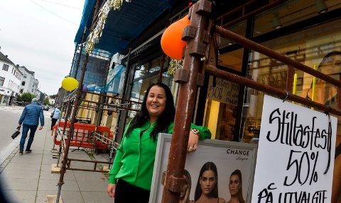 STILLASFEST: Det pågår en stillasfest hos undertøysbutikken Change i Rådhusgata. Mona Hansen er godt fornøyd med påfunnet og forteller at det har resultert i at flere kunder har besøkt butikken.