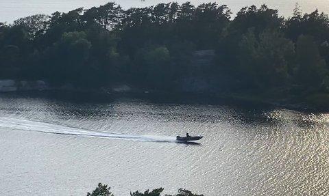 KJØRER FORT: Flere hytteeiere ved Buerøya reagerer på båter og vannscootere som kjører fort gjennom sundet. Dette bildet er fra en video der en båt kjører fortere enn de tillatte fem knopene.