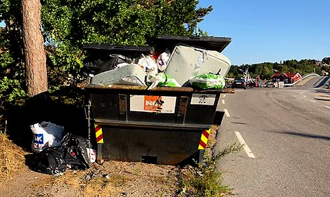 OVERFYLT: Containeren for restavfall ved Karlsøybrua er stadig fylt til randen av søppel og skrot.