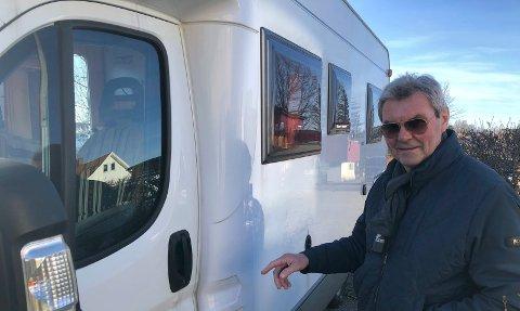 DIRKET: Terje Sundbye peker på dørlåsen som ble dirket opp av franske kriminelle.