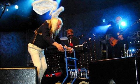 Blir utstilling: Gjenstander og historier fra legendariske Momarkedet skal samles til en utstilling på Folkenborg. Her er Høggern i Vazelina Bilopphøggers på scenen med rullator og englevinger.