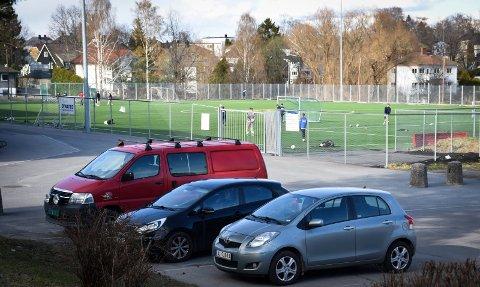 Rødt nivå: Det er ikke lov med fysisk aktivitet på skoler i tidligere Askim kommune. Og det gjelder også fotballbanen på Askim videregående skole. Bildet er tatt dagen etter at politiet var på stedet.