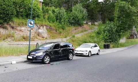 UHELL: Den svarte bilen ble skrapet opp og bulket av en buss. Uhellet skjedde fordi bussen ikke hadde tilstrekkelig plass til å svinge ut av kaiområdet i Jørpelandsvågen.