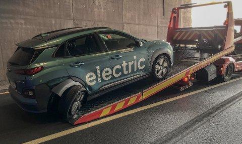 IKKE KJØRBAR: Det var ikke slik prøvekjøringen skulle gå. Denne Hyundai Kona el-bilen, som det bare finnes svært få av i Norge, ble ødelagt i ulykken. Nå håper bilforretningen at den lar seg reparere, det står svært mange interesserte kunder i kø for den. Foto: Asbjørn Olav Lien