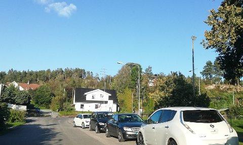 BER OM BØTER: Kristian Leerstang Sørensen ber nå kommunen bøtelegge bilister som feilparkerer ved Grønli skole.