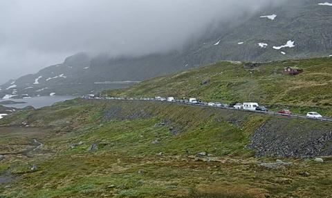 KØ: Det er tett med biler over fjellet.