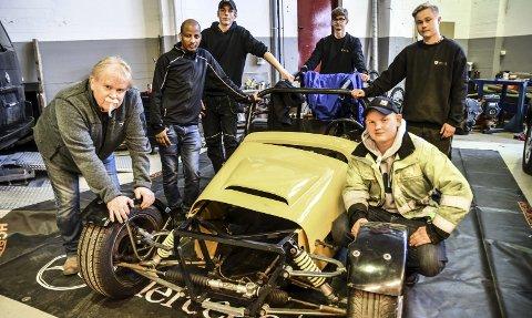 Team: Deler av racingteamet på Notodden videregående skole. Fra venstre og rundt bilen Hans Christian «HC» Vestlid, Tekiu Haylezgi Weldeab, Robin Olafsen, Kristian Solberg, Rikard Berge Halvorsen og André Bakka Eriksen.