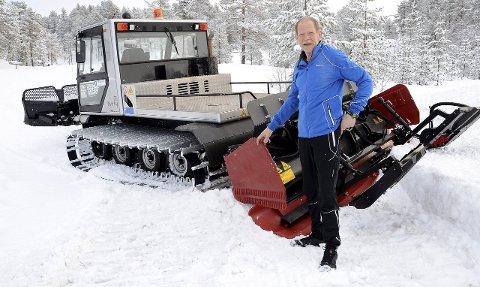 TRÅKKER: Nils Egeness er en av fire frivillige som legger ned mange timer i tråkkemaskinen som lager skispor til deg og meg. Etter klage fra langrennsgruppa i Surnadal idrettslag på kommunens tildeling av årlige tilskudd til løypekjøring, har politikerne nå bestemt at kommunen skal holde seg til inngått avtale med langrennsgruppa.
