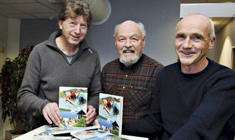 Takk for innsatsen: Eirik Gudmundsen takker Terje Holm (til venstre) og Tore Dyrnes (til høyre) for jobben de har gjort med årboka for 2017.