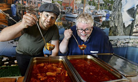 Tore Bugge Pedersen (til venstre) og Odd Williamsen vil ha flere med på å lage bacalao til konkurransen sankthansaften.